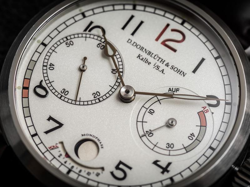 La indicación día/noche se observa a las 12 h. Cuando es de día, el numeral es rojo. De noche, es negro.