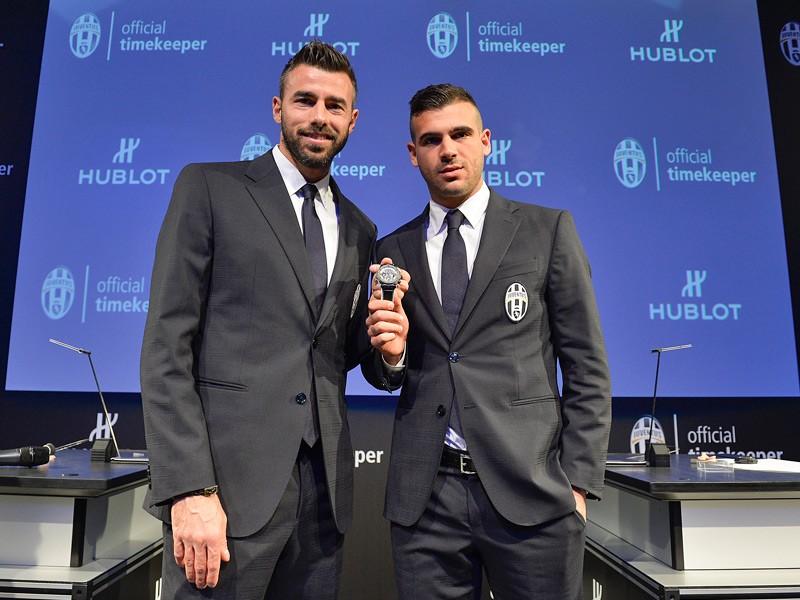 Los jugadores del Juventus Andrea Barzagli y Stefano Sturaro con el Big Bang Unico Bi-Retrograde Juventus