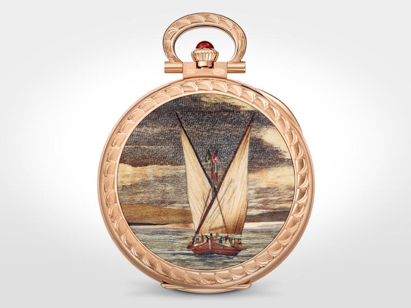 106 piezas, 25 tipos diferentes de maderas y 30 incrustaciones en este reloj de bolsillo, pieza única de oro rosa cuyo fondo ha sido decorado con una marquetería que reproduce un velero en el Lago de Ginebra.