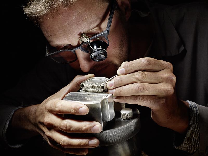 Florian Güllert, grabador artístico de armas y grabador de la caja del EMC Pistol