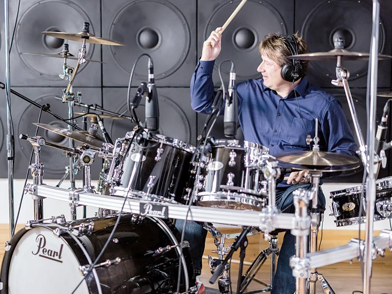 De Haas toca la batería durante la grabación del video para explicar el Zeitwerk Minute Repeater.