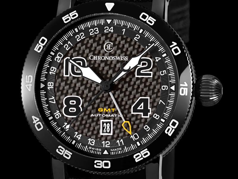 Timemaster GMT: movimiento automático C.289 con segunda zona horaria; caja de 44 mm en acero con recubrimiento DLC negro y esfera con fibra de carbono.