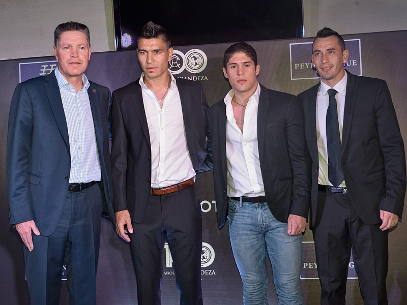 Ricardo Peláez, Presidente Deportivo del América, con los futbolistas Paolo Goltz, Javier Güemez y Rubens Sambueza