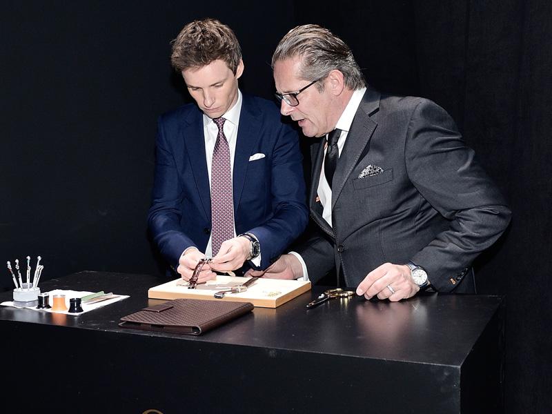 Eddie Redmayne con Jean Claude Monochon, director de desarrollo de Omega