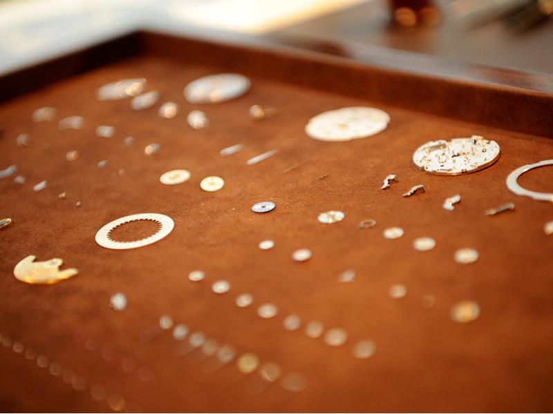 La zona VIP también cuenta con una mesa de relojero donde se pueden contemplar los componentes de un reloj.