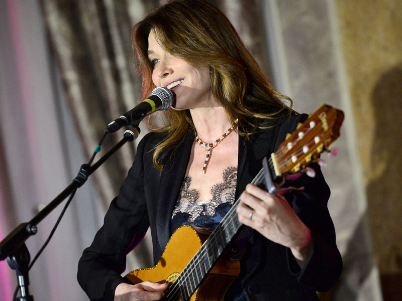 Carla Bruni cantó en directo en la cena de gala. Lució un collar Serpenti