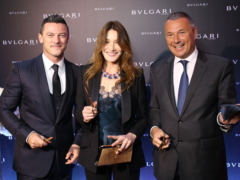 Luke Evans con un Octo en la muñeca, Carla Bruni con un espectacular collar de la colección Giardini Italiani y Jean-Christophe Babin, CEO de Bulgari
