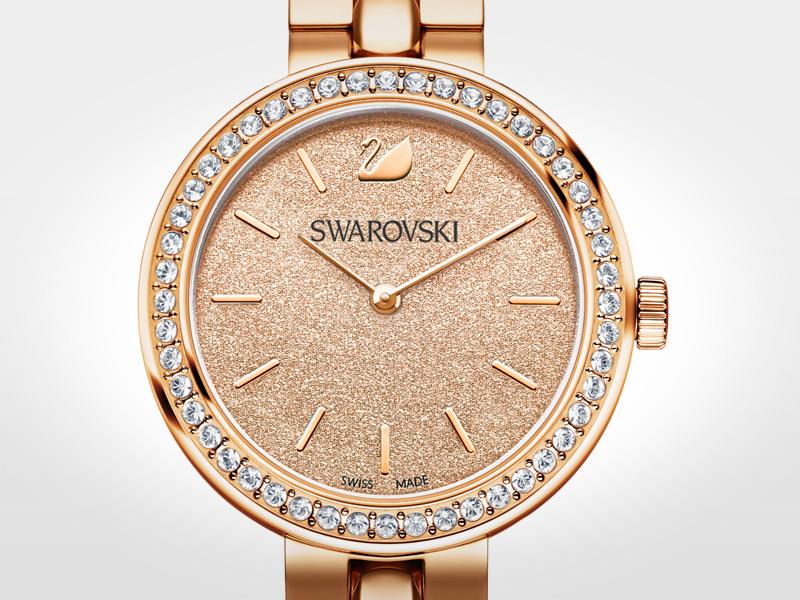 Un reloj opulento y glamuroso, perfecto para lucirse de la mañana a la noche. Caja de 34 mm de acero con revestimiento de oro rosa y 48 cristales transparentes; esfera de color melocotón y logotipo del cisne a las 12; correa de 21 cm de acero con capa de tono oro rosa; cuarzo.