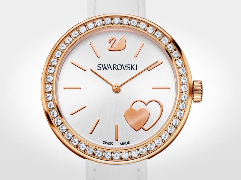 Un reloj romántico y con estilo. Tiene caja de 34 mm de acero con revestimiento en tono oro rosa y 48 cristales transparentes en el bisel; esfera de color blanco plateado iridiscente con diseño de corazón en tono oro rosa y logotipo del cisne a las 12; correa de 19 cm de piel de becerro; cuarzo.