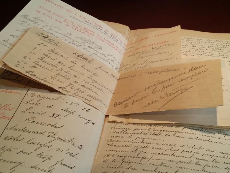 Un cuaderno donde pueden verse, escritos a mano, los registros de algunos relojes fabricados por Audemars Piguet, así como notas de reparaciones que les fueron hechas.
