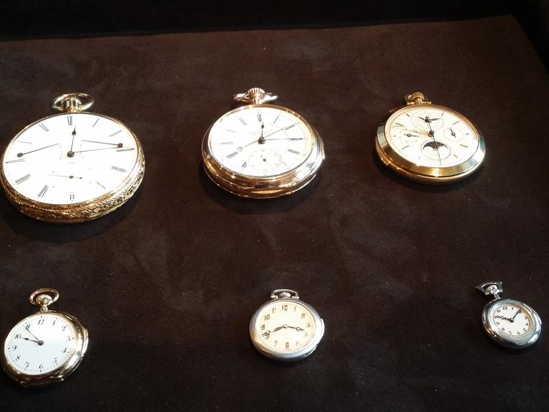 Tres antiguos repetidores de minutos de bolsillo de Audemars Piguet acompañados por tres repetidores miniatura de pendiente para mujer también antiguos. Todos datan de finales del siglo XIX y principios del siglo XX.