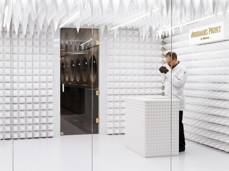 """Errazuriz ha diseñado tambén un cuarto acústico blanco """"muy fotogénico"""", donde el material de las paredes y techos forma picos que simulan estalactitas."""