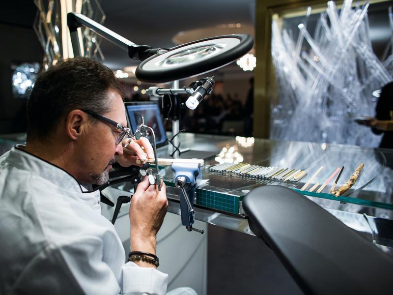 Un artesano de la firma de Le Brassus en directo en el booth de AP en Art Basel.