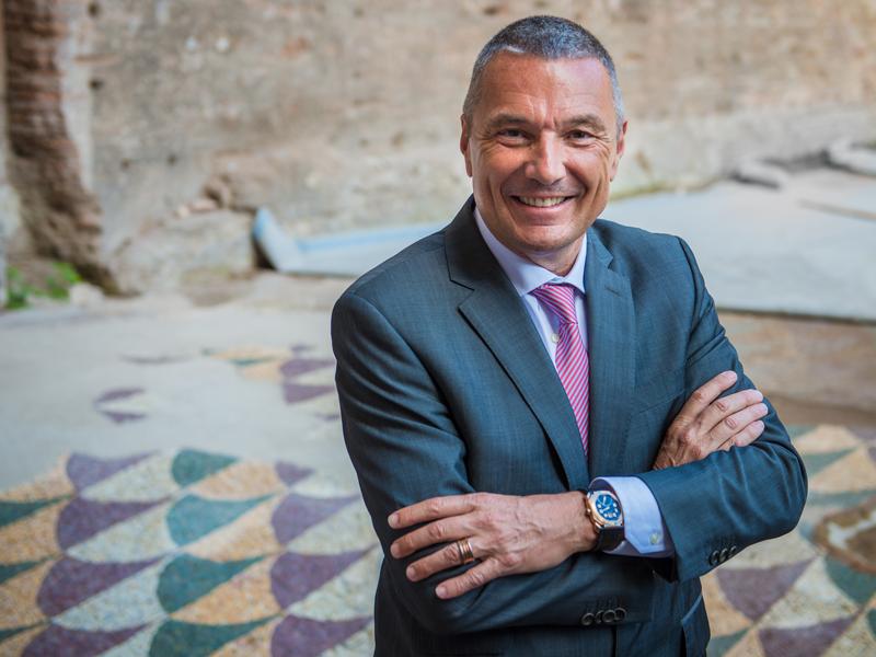 Jean Christophe Babin, CEO de Bulgari, con el área de mosaico restaurada atrás.