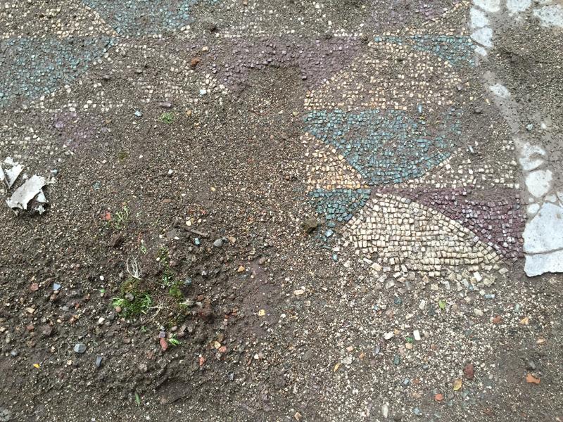 Antes de la restauración, apenas se podía ver el mosaico.