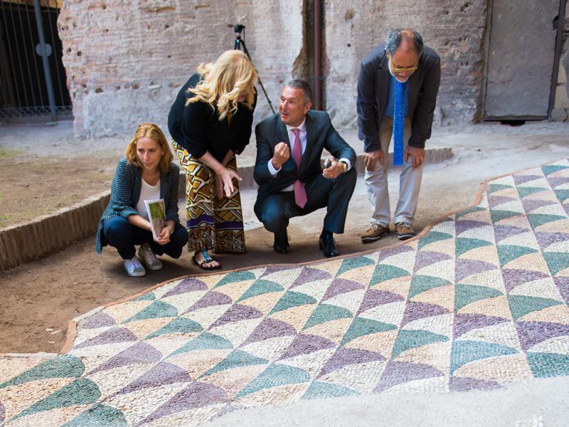 La restauradora Anna Borzomati observa el área restaurada junto Marina Piranomonte, directora del monumento, Jean Christophe Babin y Francesco Prosperetti.