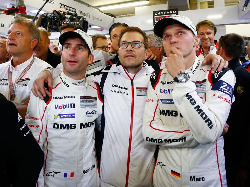 El piloto Romain Dumas con sus compañeros Andreas Seidl y Marc Lieb analizando la carrera de Neel Jani.