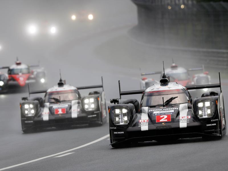 Porsche Motorsport con los Porsche 919 Hybrid durante la carrera de Le Mans 24 horas.