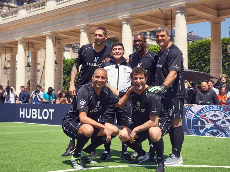 Maradona con su equipo formado por Trezeguet, Peruzzi, Ferrara, Materazzi y Seedorf en el encuentro amistoso organizado por Hublot en el Grand Palais de París.