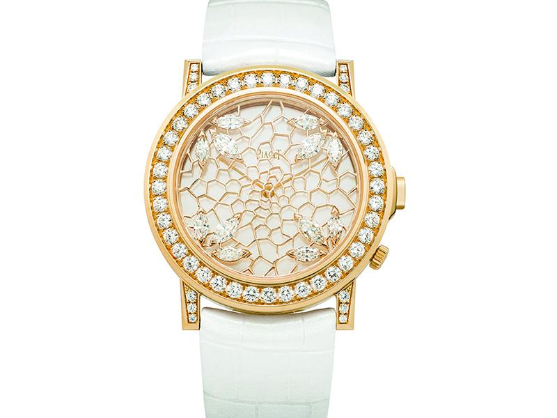 La genial diseñadora Sara Bran, nos brinda este trabajo lleno de astucia y maestría: dos cajas superpuestas como marco para un trabajo perfecto de calado. El módulo superior engastado en diamantes está decorado por un oro radiante ensalzado en diamantes talla marquesa. Una auténtica joya.