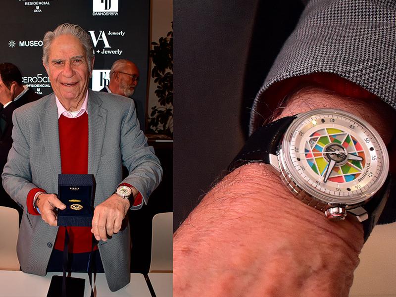 Eduardo Terrazas con su Bomberg Cosmos y la moneda de Berger que conmemora el 50ª aniversario del Patronato del INP.