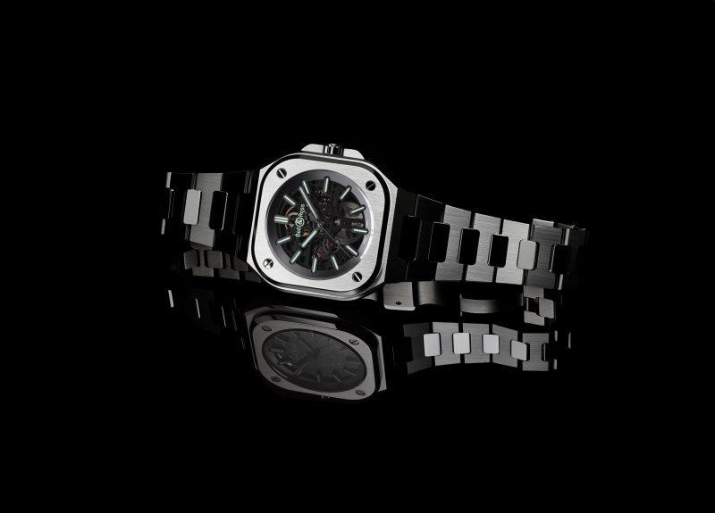 Imagen frontal del BR 05 el reloj luminiscente y brazalete integrado de Bell & Ross