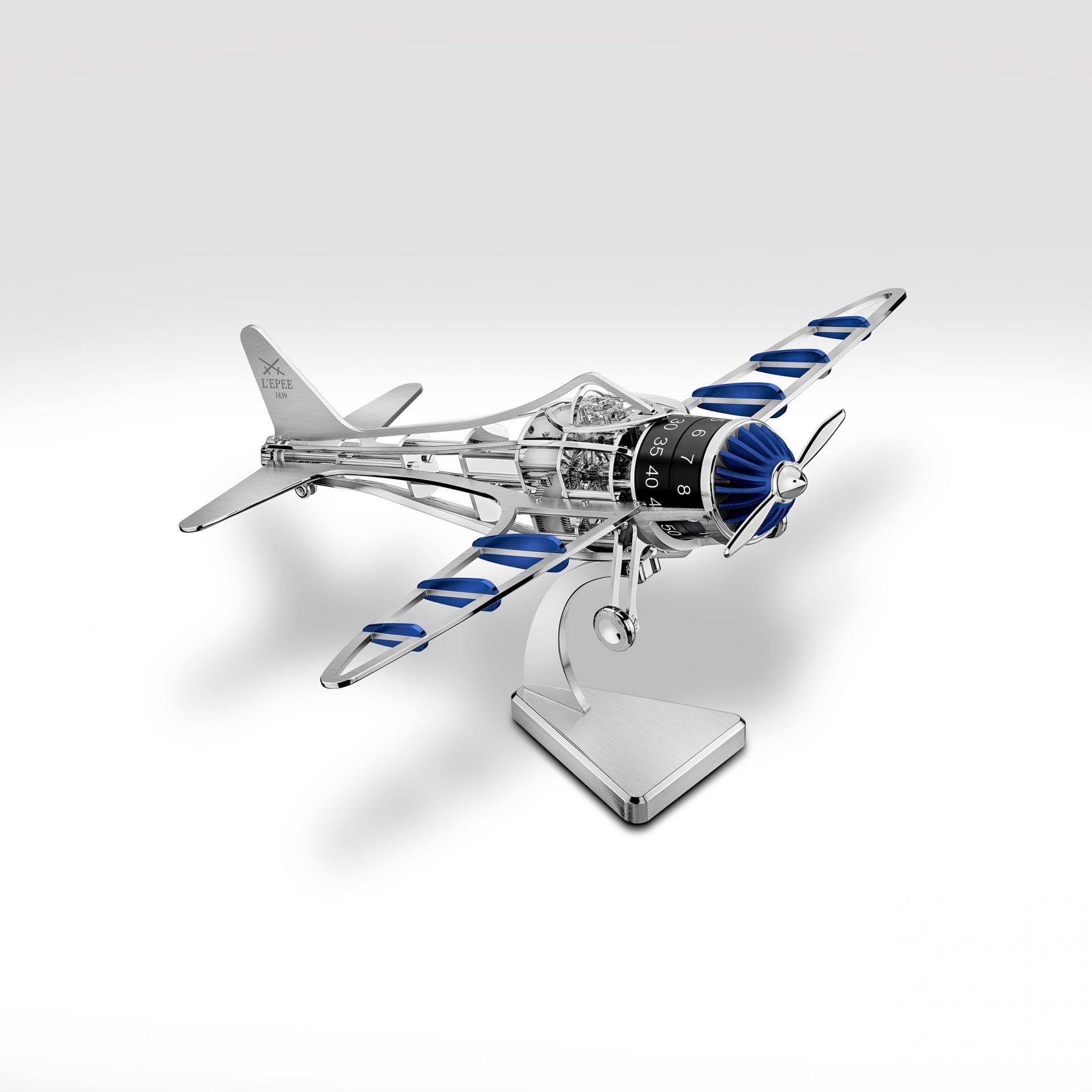 El avión Time FLies sobre una peana