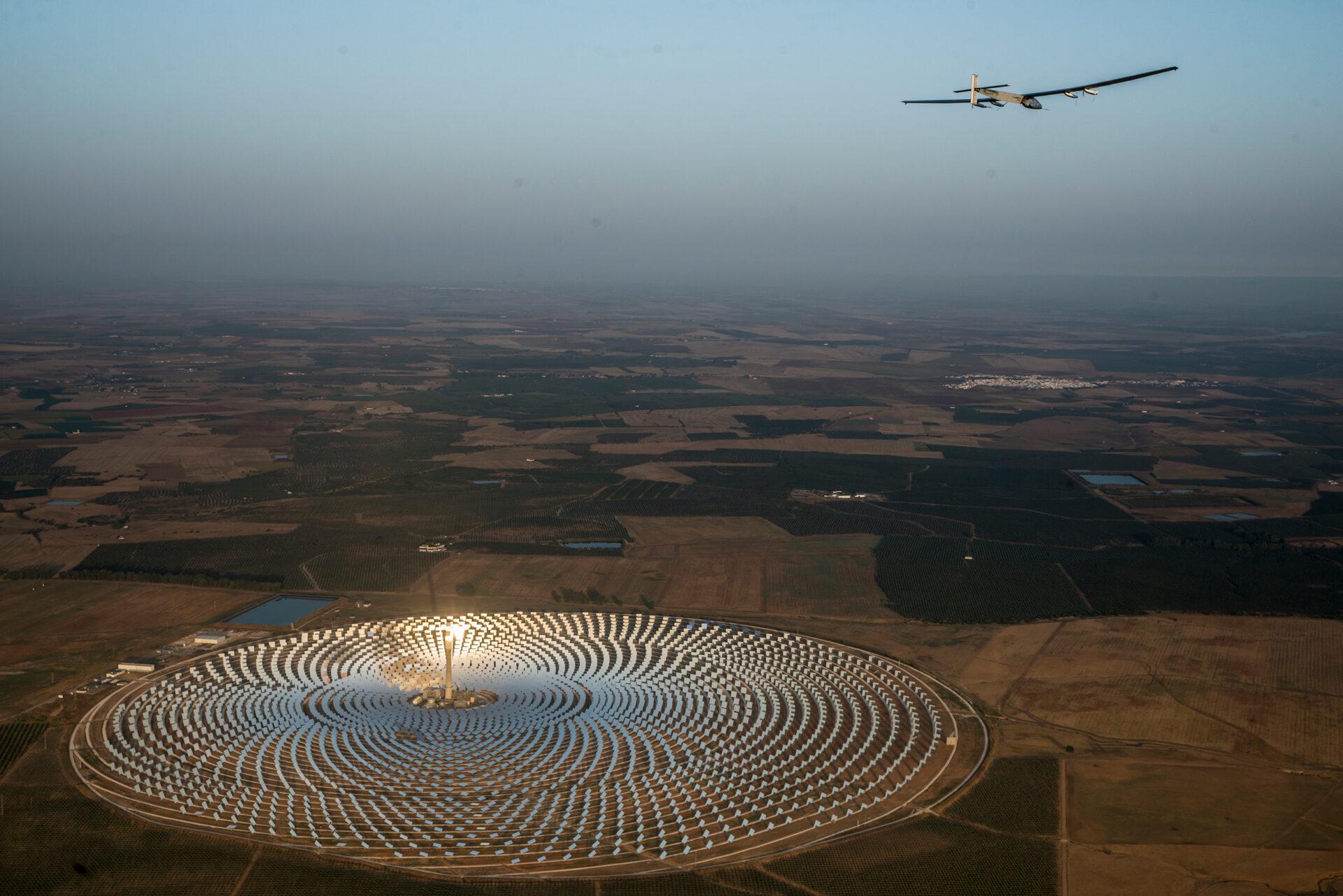 Sola Impulse sobrevolando planta solar en Sevilla (España)